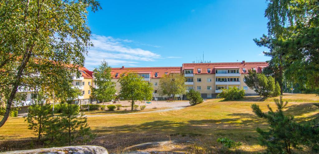Vy över bostad i Hällby vid grönområde.